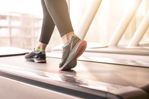 kvinde på løbebånd