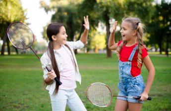 to piger spiller badminton